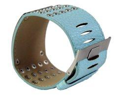 Armband mit Metallplatte und Nieten hellblau